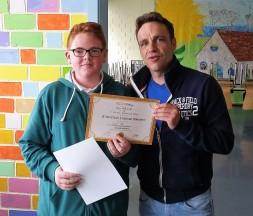 Luca Lehnertz mit Schulleiter Torben Wendland